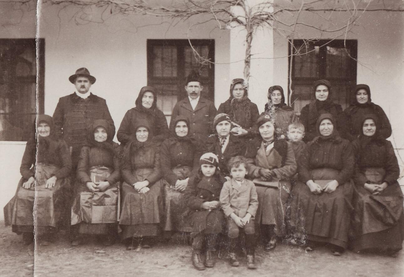 Édesapám a dunaradványi gyülekezet nőtagjaival